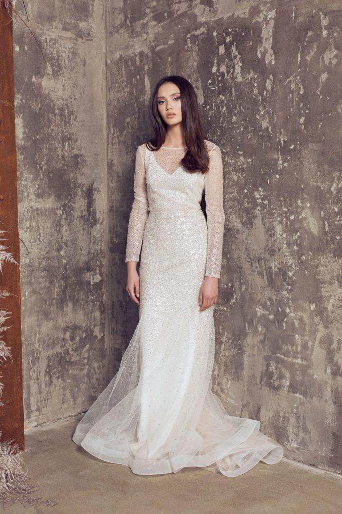 Modern aussehende Braut im Glitzerkleid