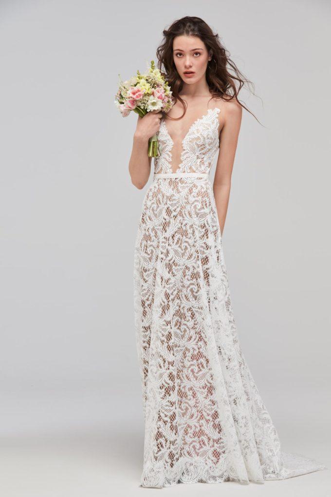Frau in einem Brautkleid mit Spitze im Boho Stil