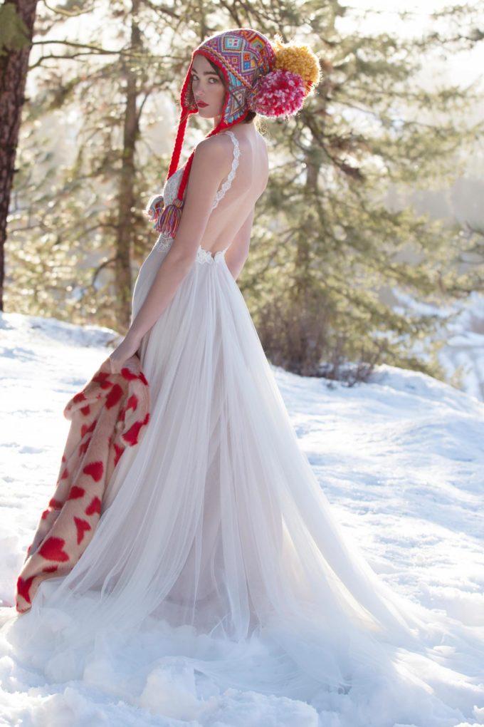 Braut im Schnee mit roter Mtze