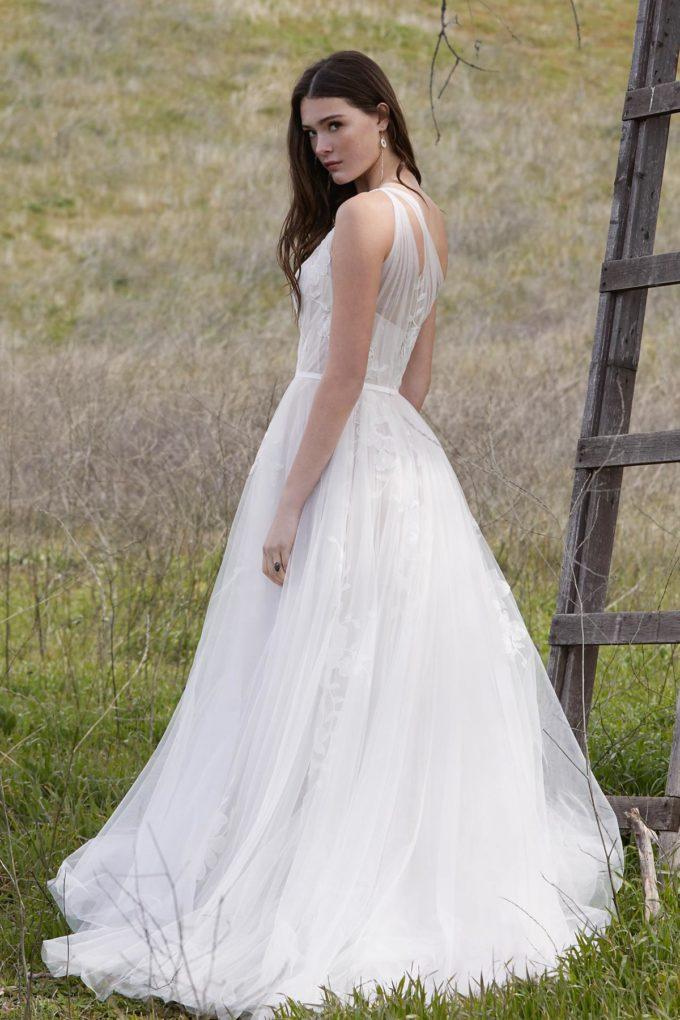 Braut auf einem Feldweg