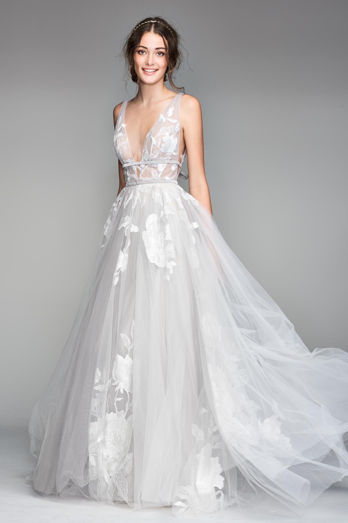 Elegante Btaut im Kleid mit Floraler Spitze