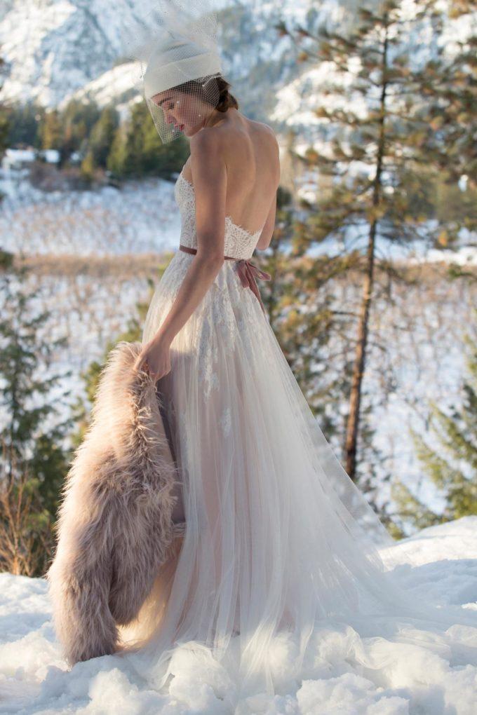 Braut mit Brautkleid im Schnee