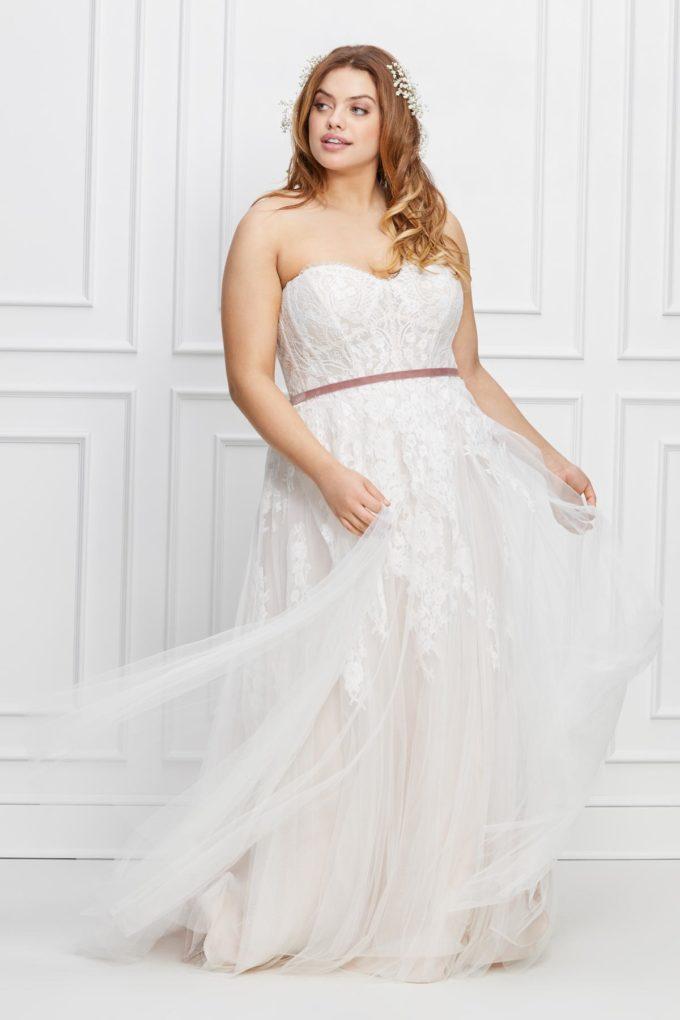 Kurvige Braut mit Brautkleid