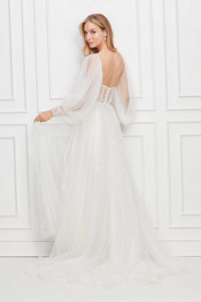 Braut mit Kleid plus Ärmel