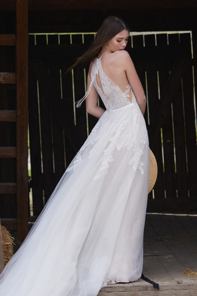 Braut zeigt Ihren Rücken im PFerdestall