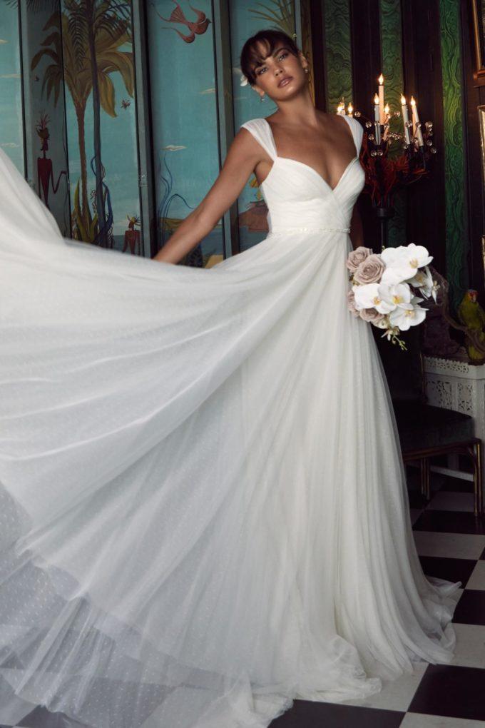 Eine elegante Braut im Schlafzimmer