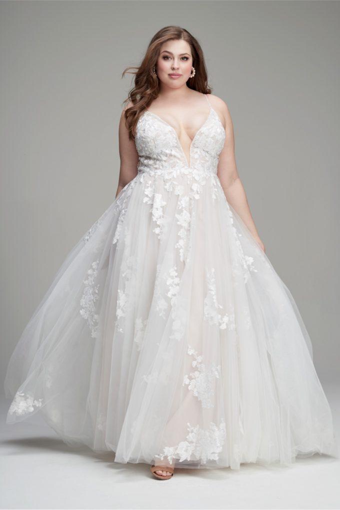 Ein Curvy Model im Brautkleid