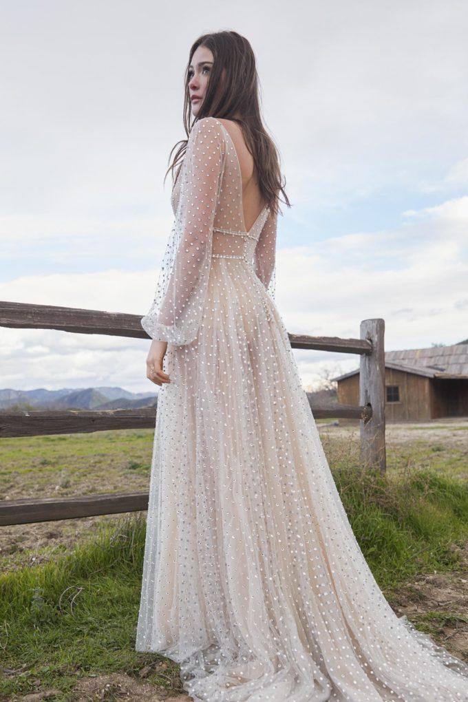 Braut auf einem Feld