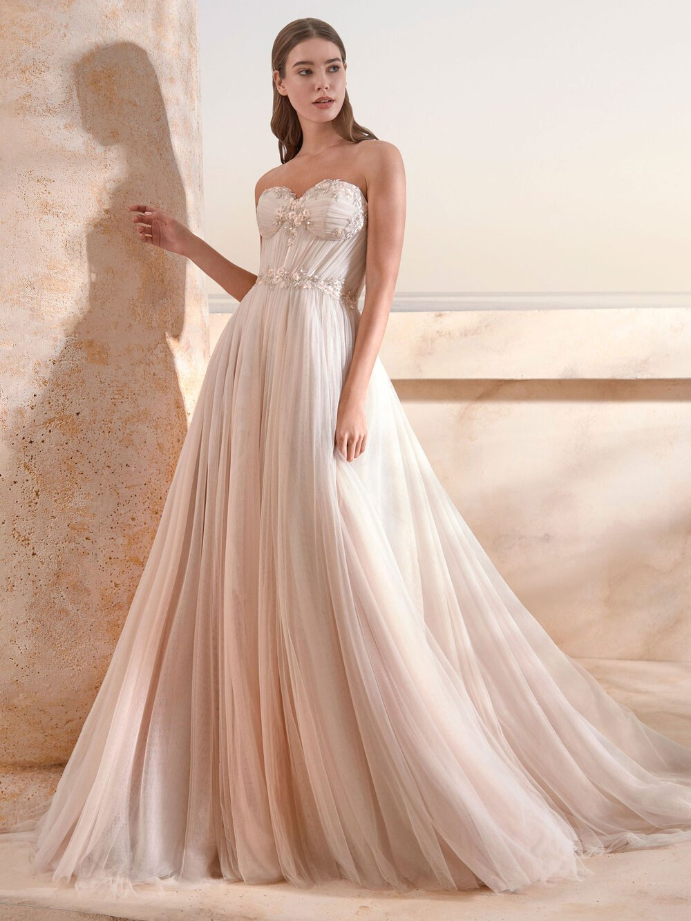 Brautkleid elegant in einem Raum mit Marmorwänden