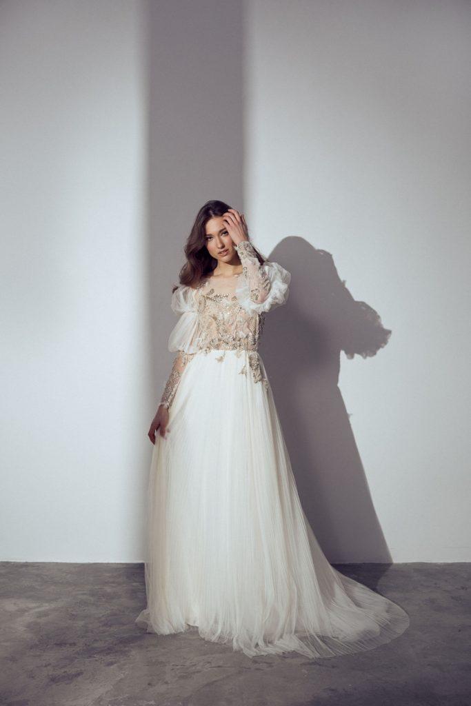 Brautkleid wird in einem Studio fotografiert