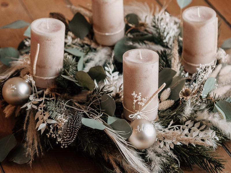 Adventskranz mit beigen kerzen, Christbaumkugeln und Trockenblumen
