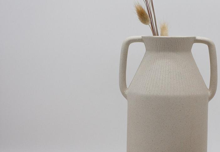 Keramikvase mit Trockenblume